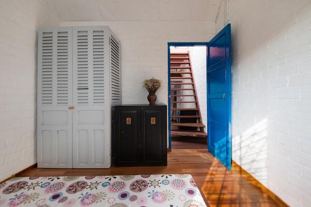 Phong nhữngh hoài cổ được thể hiện qua những tiêu dùng màu sơn và đồ nội thất
