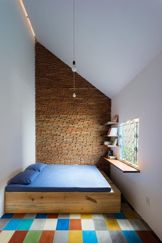 Không gian ngủ được thiết kế tối giản với gường, những đợt gỗ được gắn làm bàn đọc sách, cạnh đó là khoảng thông tầng