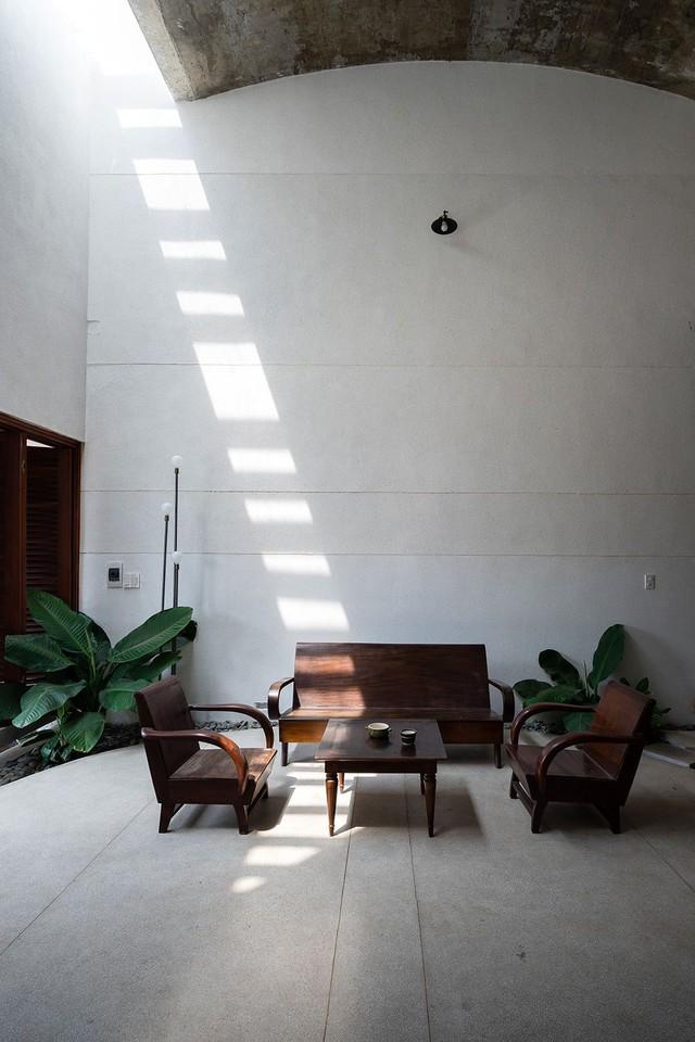 Các khoảng hở lấy sáng cho phép ánh sáng len lỏi vào các không gian, chuyển độ nhẹ nhàng theo từng khung giờ trong ngày