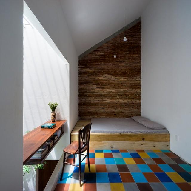Ngói, gạch màu, gỗ tự nhiên và sơn trắng là những vật liệu chủ đạo trong ngôi nhà này