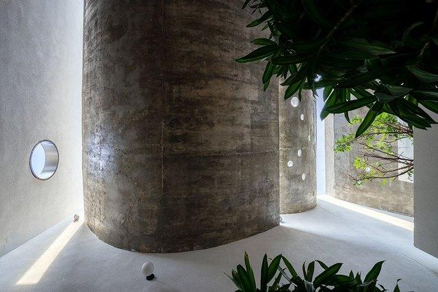 Các diện trần cong được sử dụng vần luật liên tục, tạo lên 1 sự uyển chuyển cho các lớp không gian, đồng thời tạo điều kiện cho việc phản xạ ánh sáng vào trong không gian sử dụng