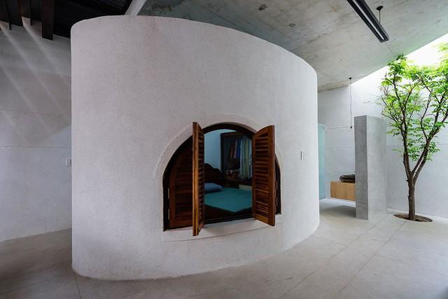 Phòng ngủ của cụ già được bố trí cạnh phòng ăn để tiện viêc đi lại. Tuy ở tầng 1, nhưng phòng cụ vẫn được đảm bảo thông gió tự nhiên và ánh sáng nhờ giếng trời ở cuối nhà