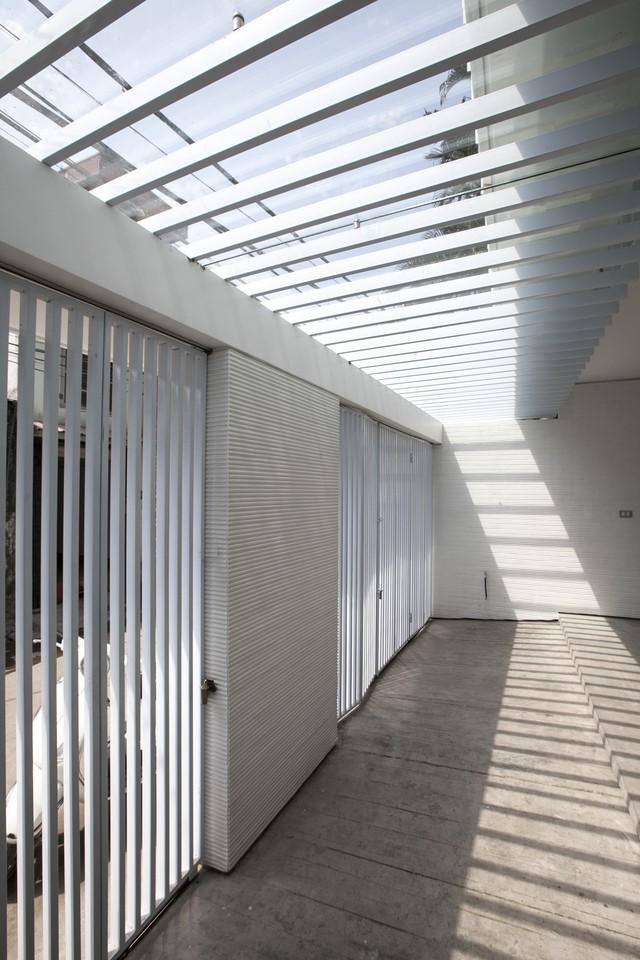 Cổng nhà có một khoảng lùi vừa đủ dùng để xe và ánh sáng tự nhiên.