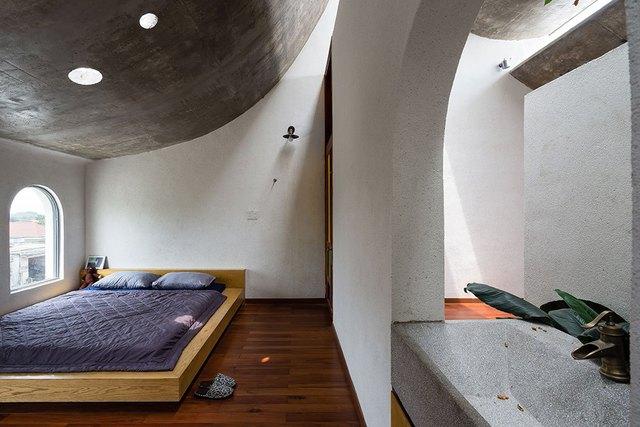 Phòng ngủ đơn giản nhưng luôn tràn đầy ánh sáng vào ban ngày