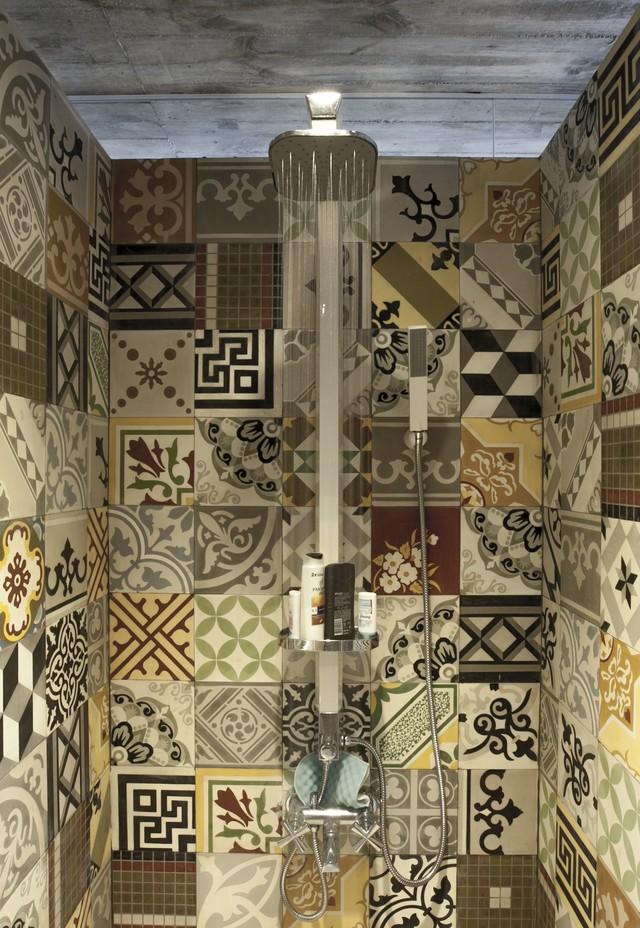 Phòng tắm được ốp gạch gốm đủ hình họa và màu sắc.