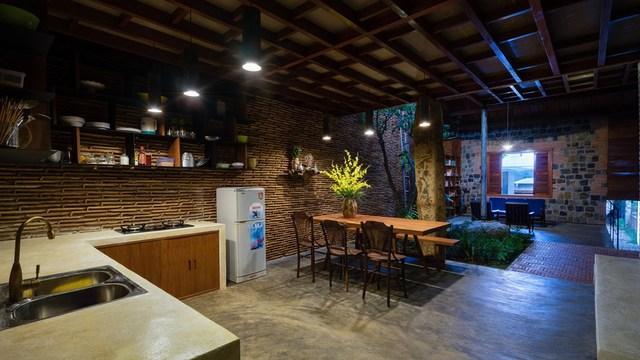 Các loại vật liệu được sử dụng rất phong phú và đa dạng, từ ngói được xếp chồng để tạo ra các diện tường, cho đến sàn xi măng mài hay những décor mộc mạc như phiến đá ở giữa nhà