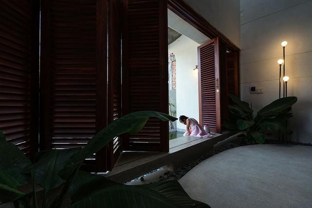 Chắc chắn ai cũng từng 1 lần ngồi ở hiên nhà, ngắm nhìn cảnh vật tĩnh lặng của 1 buổi ban trưa hè nắng nóng. Hệ cửa chớp gỗ được thiết kế rộng kín diện tường chính, đóng mở linh hoạt để dễ dàng điều tiết lượng ánh sáng cũng như ngăn bụi và tiếng ồn hiệu quả
