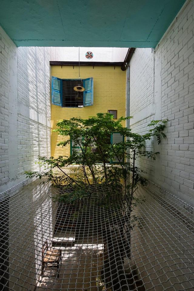 Tấm lưới được đan bện chắc hẳn chắn giữa sân trong, là nơi nằm thư giãn của những thành viên trong gia đình