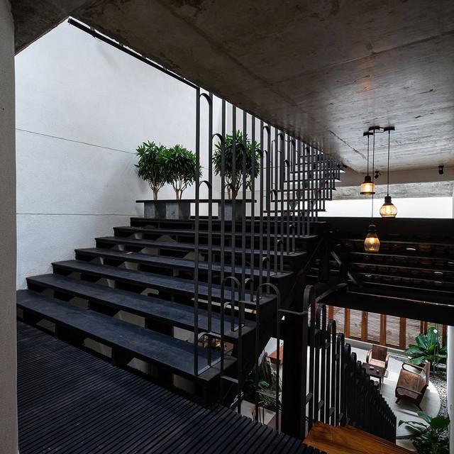 Một bên dốc mái được cải tạo trở thành bậc thang và chỗ ngồi uống trà cho gia đình