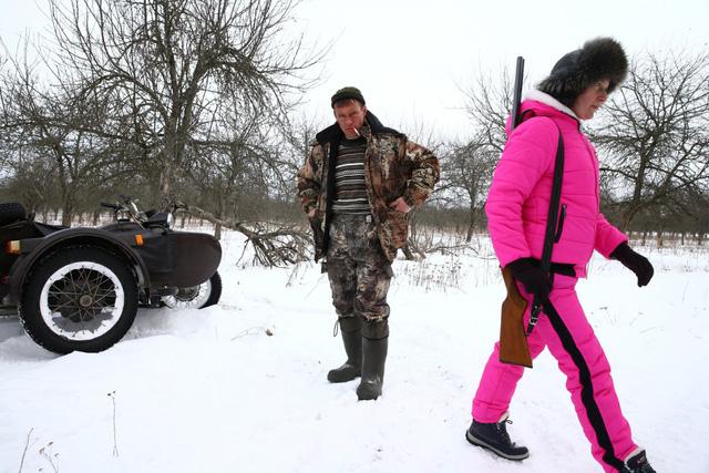 Những thợ săn như Vladimir Krivenchik và vợ sẽ kiếm được 80 USD cho mỗi con sói mà họ săn được.