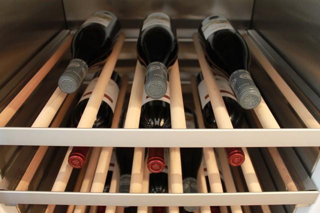 Nếu chủ nhân của căn hộ là người thích sưu tầm rượu, họ có thể thể lưu trữ 99 chai trong một chiếc tủ tự kiểm soát nhiệt độ.