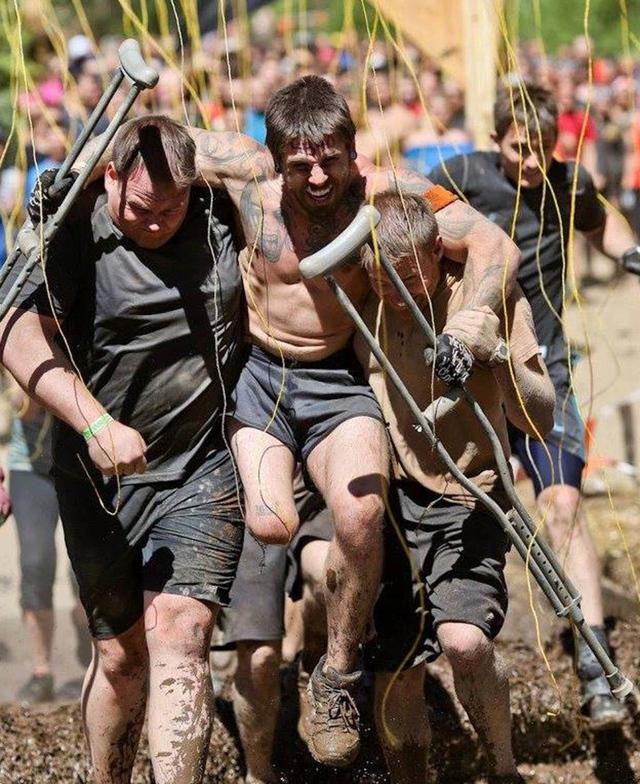 Sean Endsley (bên trái) và một thành viên của đội khác đang giúp Derek hoàn thành quãng đường cuối cùng