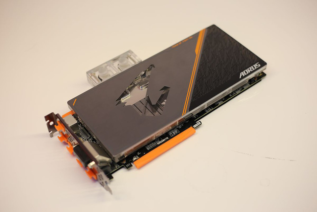 Block nước của chiếc AORUS GeForce GTX 1080 Ti Waterforce WB Xtreme Edition 11G này khá nạc, làm mát luôn cả các phần xung quanh như RAM, Phase điện... chứ không chỉ GPU.
