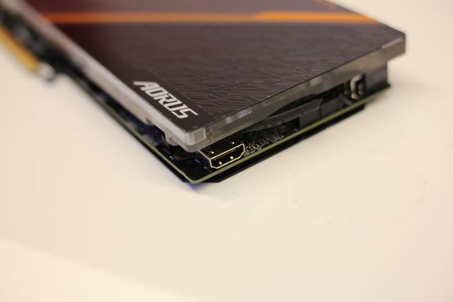 AORUS GeForce GTX 1080 Ti Waterforce WB Xtreme Edition 11G cung cấp thêm một cổng HDMI phía trong đễ hỗ trợ công nghệ VR.