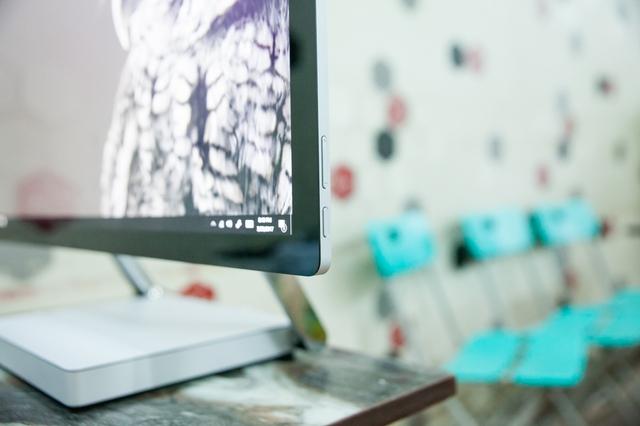 Bàn phím nguồn và phím chỉnh âm lượng ở cạnh phải màn hình.