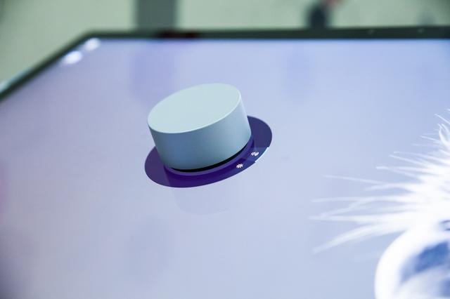 Chiếc Surface Dial rất đẹp và dễ sử dụng.