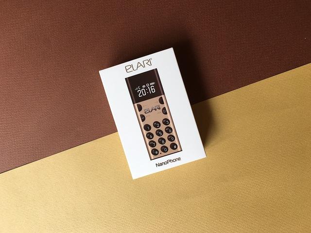 Hộp đóng gói khá đơn giản với hình NanoPhone bằng với kích cỡ thực.