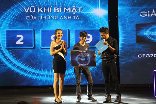 Game thủ may mắn đầu tiên nhận được màn hình chơi game Samsung CFG70 mang số sticker 299.