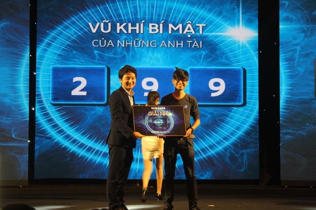 Đại diện Samsung lên trao giải thưởng cho game thủ may mắn.