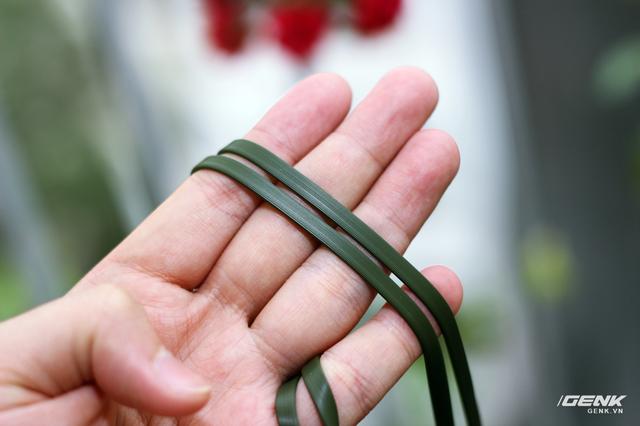 ... sợi dây cáp dài 1.2m được làm dạng dẹt chống rối, to bản như các tai nghe h.ear khác của Sony