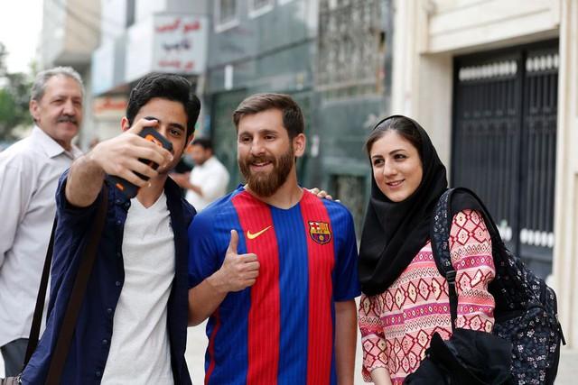 Khuôn mặt cũng như quần áo giống ý hệt La Pulga, anh chàng bị bủa vây bởi người yêu bóng đá