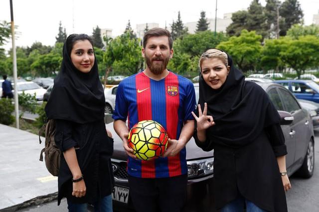 ...Reza Parastesh đã bị cảnh sát cẩu mất xe và mời về đồn làm việc vì gây mất trật tự công cộng