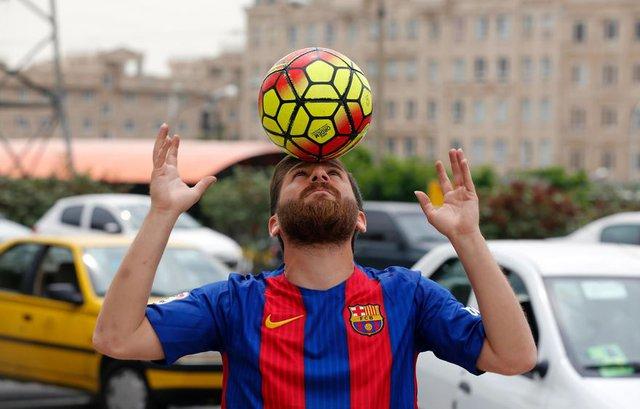 Do người hâm mộ bóng đá luôn đeo bám Messi fake mỗi khi anh lái xe ra đường...