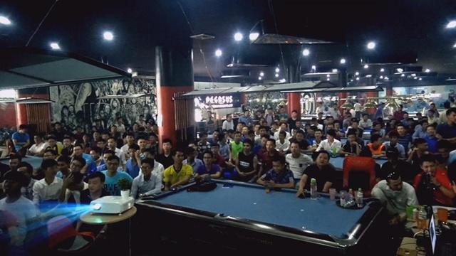Rất đông khán giả đã có mặt từ sớm tại phòng máy nơi diễn ra vòng loại giải AoE Việt Trung 2017.