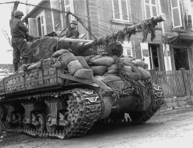 Xe tăng M4A3 Sherman với lớp chống đạn bằng những bao cát xếp quanh