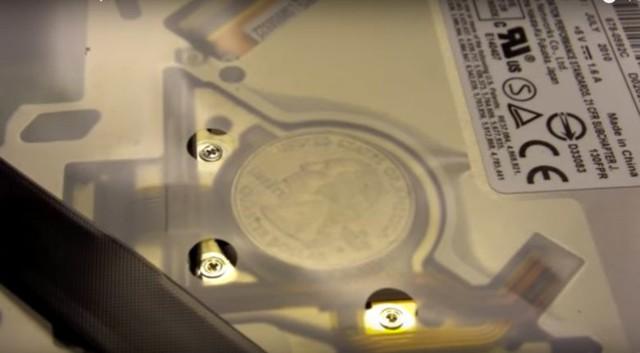 Một số người dùng MacBook cho biết họ đã tìm thấy tiền xu khi tháo máy của mình.