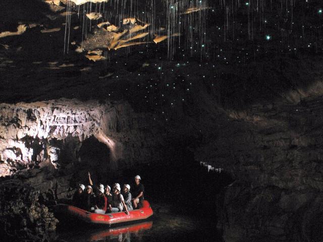 Hang động đom đóm Waitomo nằm ngay bên ngoài thị trấn Waitomo trên đảo Bắc của New Zealand, là một điểm đến nổi tiếng, thu hút nhiều khách du lịch đến tham quan bởi số lượng lớn các đom đóm sống và thắp sáng trong các hang động.