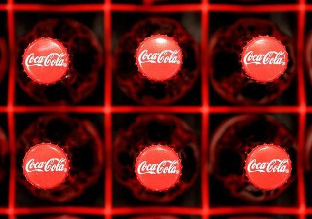 Coca-Cola bị cáo buộc đã sử dụng quảng cáo để đánh lạc hướng người tiêu dùng về tác hại của đồ uống có đường. Ảnh: Reuters.