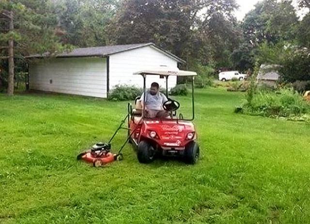 Cắt cỏ thế này vừa nhanh vừa đỡ mỏi chân, tội gì không áp dụng.