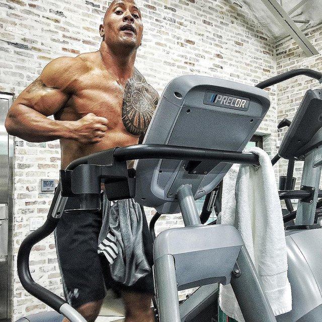 Johnson thường có mặt tại phòng gym từ 4 - 5 giờ sáng để tập cardio. Sau khi ăn sáng, anh tiếp tục tập tạ trong khoảng 1,5 tiếng