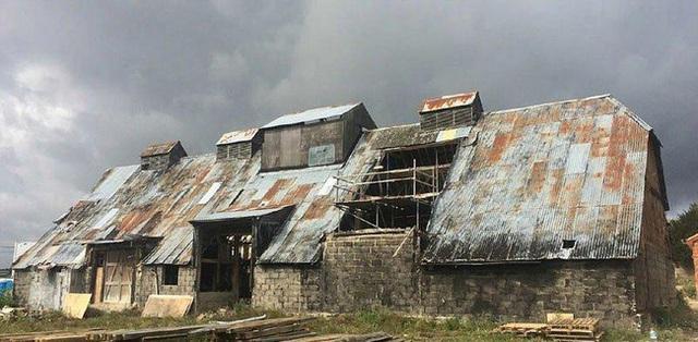 Căn nhà kho cũ nát được xây dựng từ thế kỷ 17 và đã bị bỏ hoang suốt 30 năm qua.