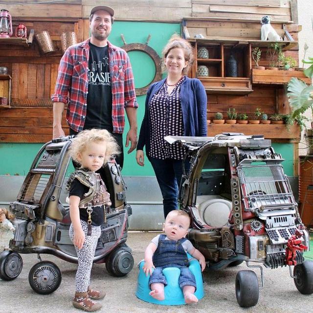 Ông bố trẻ mê phim hành động Ian Pluff đã quyết định độ xe đẩy của hai cậu con trai thành chiến xa trong Mad Max