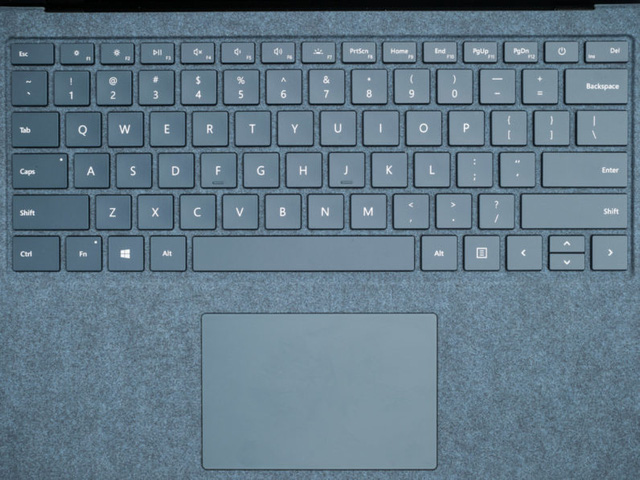 Vải Alcantara được Microsoft phủ một cách khéo léo lên bền mặt của Surface Laptop