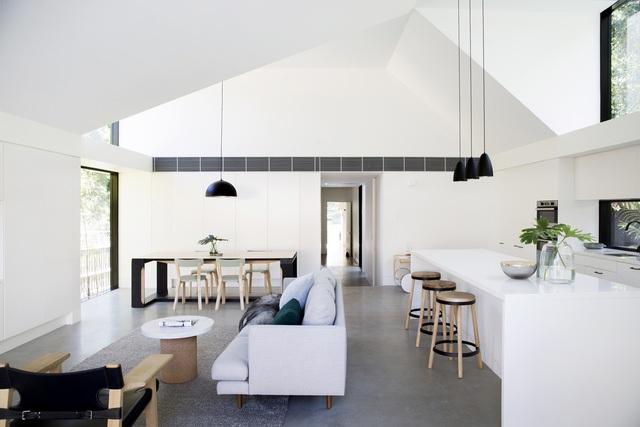 Bước vào nhà là cả một không gian thoáng sáng tràn đầy cây xanh và ánh sáng mặt trời. Phòng khách, bếp, khu vực ăn uống được thiết kế trong cùng một không gian.
