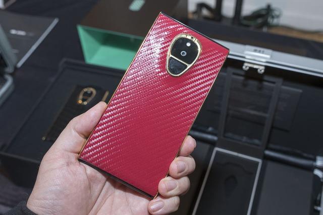 Đây không hẳn là một chiếc điện thoại mỏng và nhẹ, nhưng nó sở hữu thanh pin 4.000mAh, màn hình IPS LCD 1440p, RAM 4GB và bộ nhớ trong 128GB.