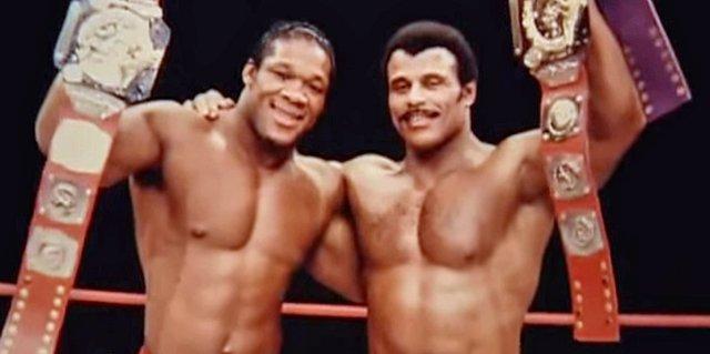 """Đấu vật vốn đã là môn thể thao """"ăn vào máu"""" của Dwayne Johnson bởi cha của anh - Rocky Johnson - vốn cũng là một đô vật nổi tiếng, đó là chưa kể ông nội của anh cũng từng là một đô vật. Trong ảnh, người đàn ông bên phải chính là cha của Dwayne Johnson trên võ đài."""