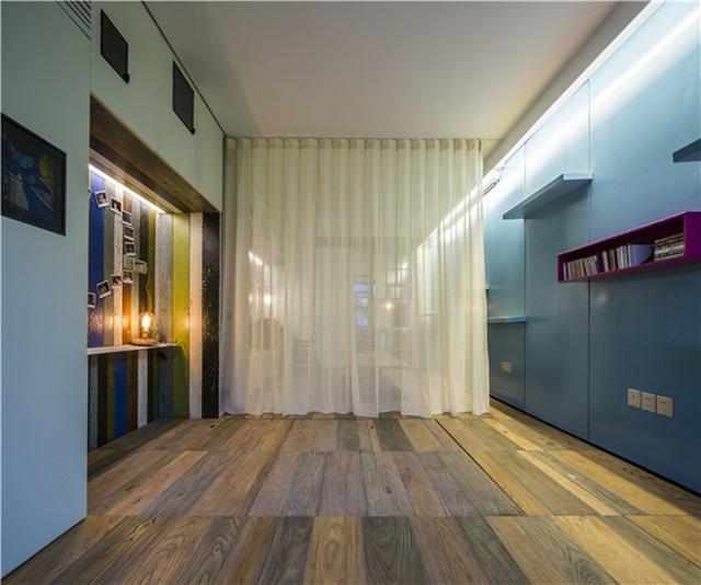 Khi cần kín đáo, một chiếc rèm kéo sẽ phân chia khu vực phòng ngủ và phòng khách