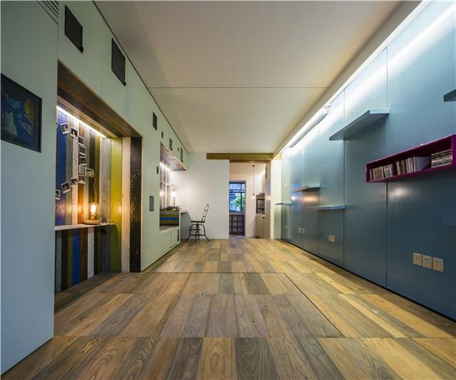 Ngay khi cần sử dụng không gian rộng lớn, bàn nước và giường được hạ bằng sàn để có nhiều không gian hơn.