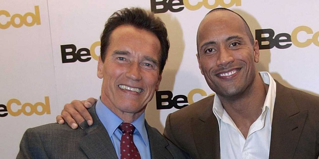 """Trong bộ phim """"The Rundown"""" (Rượt đuổi - 2003), nam tài tử """"Kẻ hủy diệt"""" Arnold Schwarzenegger, vốn cũng nổi danh với những vai diễn người hùng cơ bắp cuồn cuộn, đã xuất hiện thoáng qua trong phim bằng một vai diễn phụ. Sự hội tụ của Arnold và Dwayne đã được nhiều nhà phê bình điện ảnh coi đây như một động thái truyền lại nhiệt huyết giữa Arnold và Dwayne trong dòng phim hành động"""