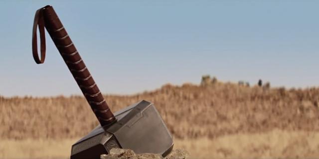 """Búa thần của Thor """"lạc lõng"""" bởi Thor đã bị đày xuống làm người phàm"""