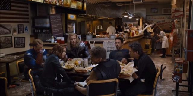 """Một cảnh quay tự nhiên đến lạ của cả đội sau khi """"giải cứu nhân loại"""""""