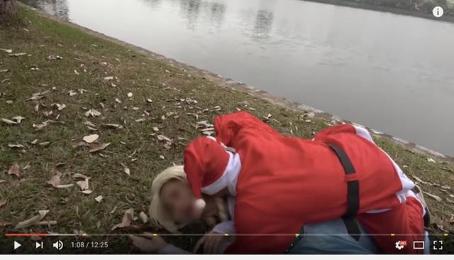 Cảnh tượng ông già Noel (một người tốt bụng và hay tặng quà cho trẻ nhỏ ngoài đời thực) bị biến thành một con chó sói cắn người. Ảnh cắt từ clip