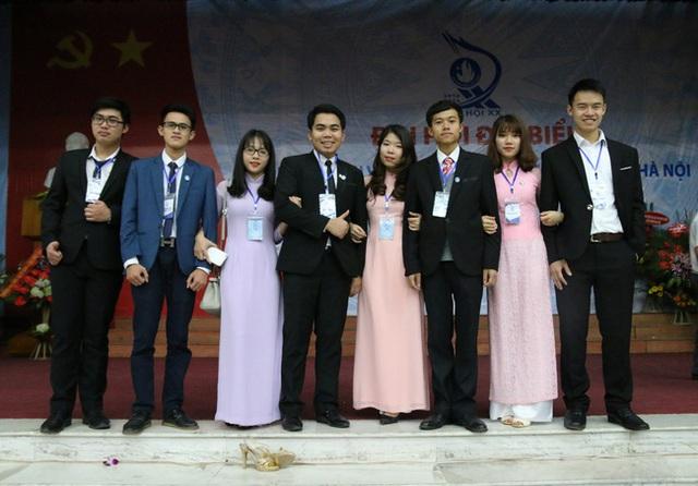 Bách (ngoài cùng bên phải) tích cực tham gia các chương trình Đoàn, Hội trong thời gian là sinh viên