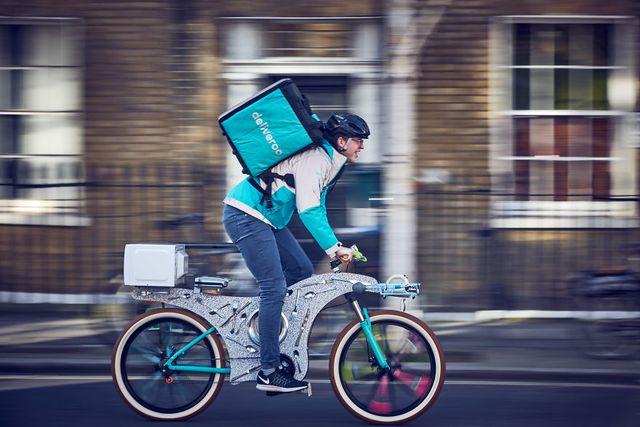 Một nhân viên của Deliveroo đang giao hàng bằng chiếc xe đạp kì lạ