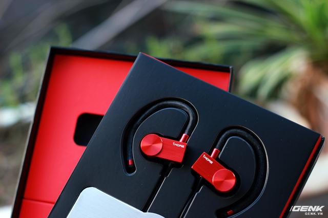 Mở hộp, EB100 nổi bật với thiết kế đỏ đen mạnh mẽ và bắt mắt. Ở dưới tai nghe là 1 hộp đựng phụ kiện đi kèm