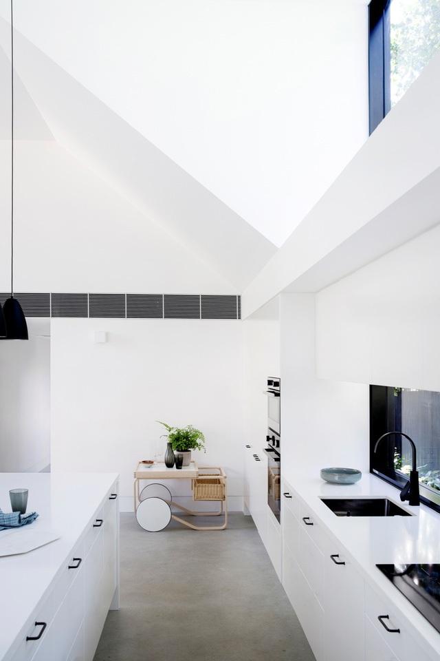 Khu bếp ăn được chủ nhà dành hẳn một khu rộng thoáng cạnh cửa sổ. Không gian nơi đây được thiết kế với rất nhiều ngăn kéo dùng để đựng đồ thuận tiện.